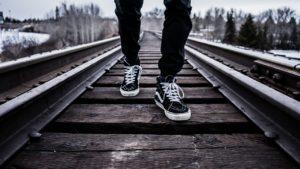 線路を進む人