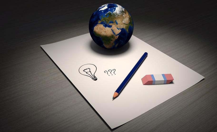 ペンと消しゴムと地球儀