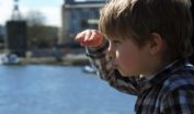 景色を見る子供